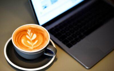En god kop cappuccino og computer