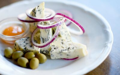 Lækker gorgonzola med æggeblomme, oliven og rødløg
