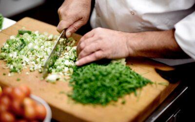 Kok i arbejde i køkkenet