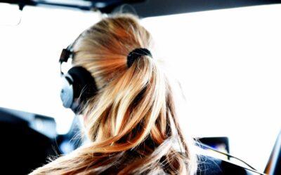 Kvindelig pilot på farten