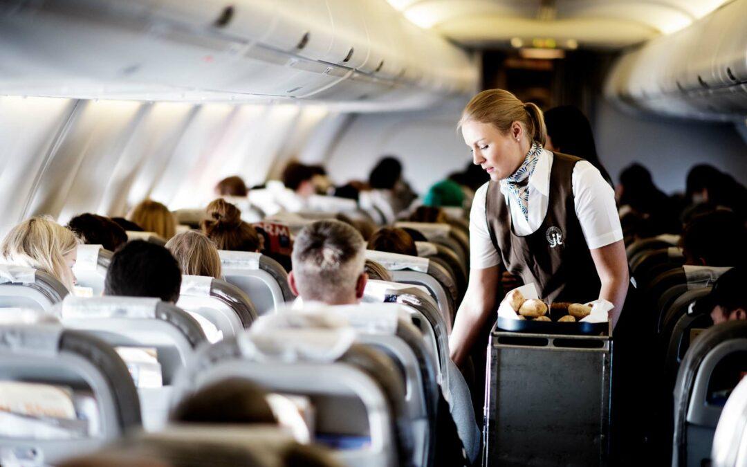Stewardesse på arbejde ombord på fly