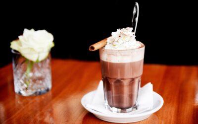 Varm kakao med crispy chokoladestav
