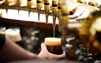 Gylden mørk øl på hane