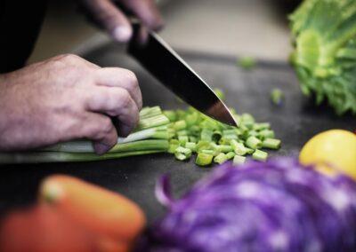 Forårsløg er en dejlig mild form for løg, der er god i salat